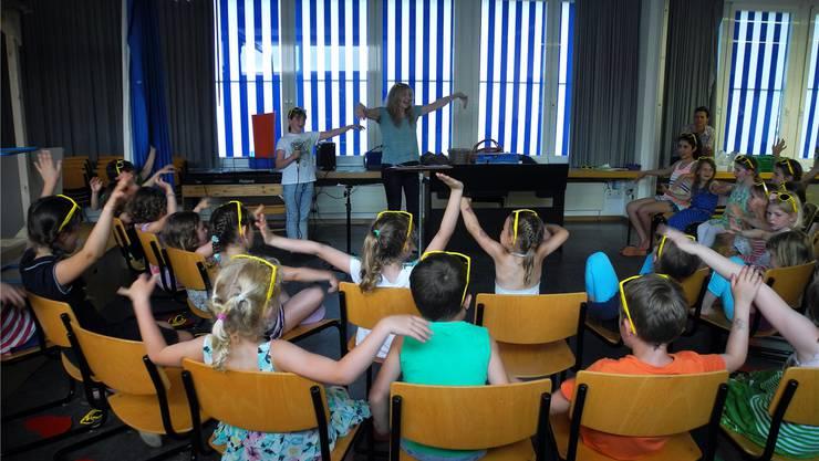 Unter der Leitung von Gabriela Bächinger üben die Kinder vom Kinderchor Sunechind ihre Lieder für ihren grossen Auftritt am Züri-Fäscht.