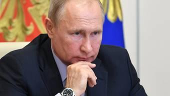 Wladimir Putin, Präsident von Russland, nimmt in seiner Vorstadtresidenz Nowo-Ogarjowo an einer Videokonferenz mit dem Vorsitzenden der Sberbank, Herman Gref, teil. Foto: Alexei Nikolsky/Pool Sputnik Kremlin/dpa