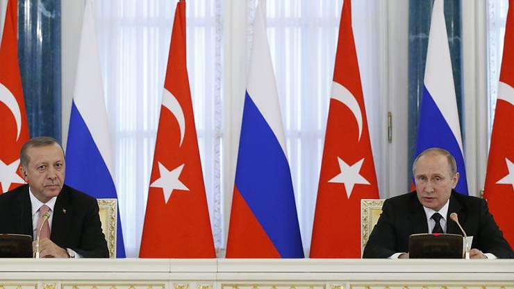Russland und die Türkei wollen ihre Bezeihungen nach monatelangem Streit wieder normalisieren. (AP Photo/Alexander Zemlianichenko)
