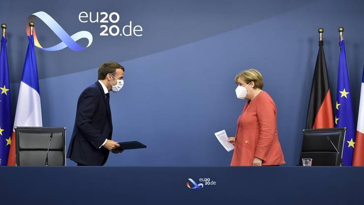 Die deutsche Kanzlerin Angela Merkel (r) und Frankreichs Präsident Emmanuel Macron beim grossen Coronagipfel in Brüssel: Nun ist klar, wie die EU das verabschiedete Milliarden-Paket finanzieren will.