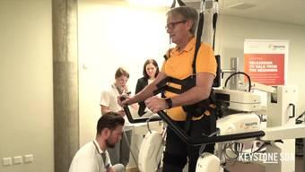 Das Schweizer Paraplegiker-Zentrum Nottwil besitzt seit Montag zwei Gangroboter, die Patientinnen und Patienten mit einer Beeinträchtigung der Gehfähigkeit unterstützen, ihre motorischen Funktionen wiederzuerlangen. Um optimale Ergebnisse für die Patientinnen und Patienten zu erreichen, ist eine Therapie mit hoher Intensität über längere Zeit notwendig, wie Diana Sigrist-Nix, Leiterin der Rehabilitation am Schweizer Paraplegiker Zentrum Nottwil im Interview mit Keystone-SDA sagt. Der Gangroboter übernimmt dabei die Schwerarbeit der Therapeuten.