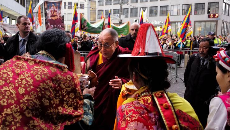 Der Dalai Lama ist am Freitag in Basel angekommen.