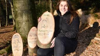 Maturandin als Parcoursbauerin: Isabelle Wyss (Lostorf) mit Postenschildern ihres Winznauer Fitnessparcours.