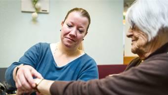 Das Armband ist kaputt: Jacqueline Vogt (l.) bei ihrem Besuch im Alterszentrum «Mittleres Wynental» in Oberkulm. Chris Iseli