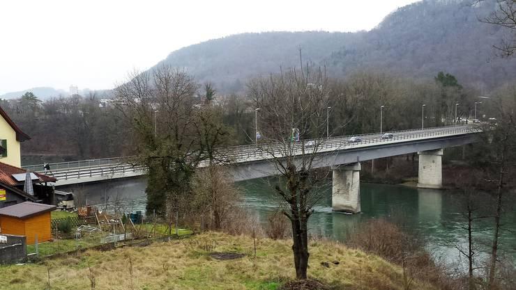 Nach einer Verfolgungsjagd mit der Polizei im Auto hält der Mann an der Aarebrücke in Stilli und springt in den Fluss. (Archiv)