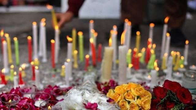 Sei es mit Musik oder mit Blumen und Kerzen: Die Trauer und das Entsetzen in Indien ist gross (Archiv)