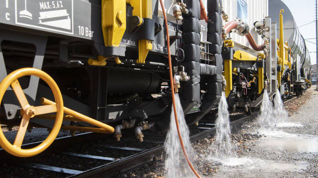 Die SBB hat den Prototyp eines Heisswasserspritzfahrzeuges zur Bekämpfung von Unkraut im Gleisbereich vorgestellt. Damit will die SBB erreichen, dass sie künftig kein Glyphosat mehr einsetzen muss.