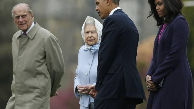 Präsident Obama und seine Frau Michelle Obama werden von Königin Elizabeth II und Prinz Phillip begrüsst.