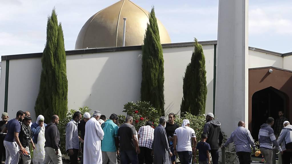 ARCHIV - Gläubige stehen vor der Al-Nur-Moschee, die nach dem Terroranschlag wiedereröffnet wurde. Knapp zwei Jahre nach den Terrorattentaten auf zwei Moscheen in Neuseeland ist der offizielle Untersuchungsbericht zu dem Verbrechen veröffentlicht worden. Ein rechtsextremer Australier hatte im März 2019 in der Stadt Christchurch 51 Menschen erschossen und 50 weitere verletzt. Die Regierung von Ministerpräsidentin Ardern kündigte am 08.12.2020 an, alle 44 Empfehlungen des 792-seitigen Berichts umsetzen zu wollen. Foto: Mark Baker/AP/dpa