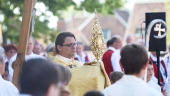 Wie würde Bischof Felix Gmür auf die Segnung eines homosexuellen Paares im Bistum Basel reagieren? (Aufnahme von der Fronleichnamsprozession in Solothurn 2014).