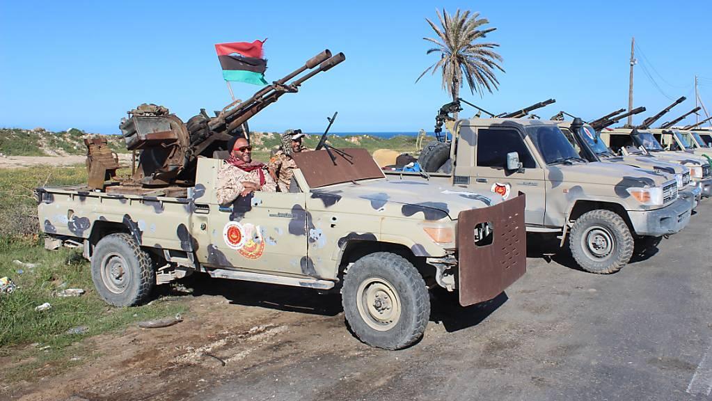 Milizen, die mit der international anerkannten Regierung verbündet sind, beziehen Stellung in der libyschen Hauptstadt Tripolis. (Archivbild)