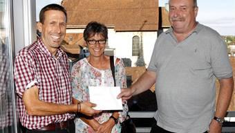 Röbi und Elisabeth Loser haben ein Essen im «Roten Turm» gewonnen – Stadtredaktor Wolfgang Wagmann gratuliert dem Gewinner-Paar. bar