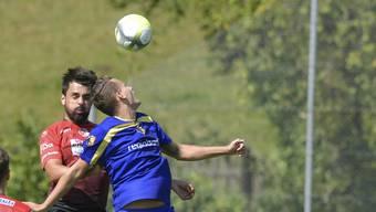 2. Liga Inter Fussball: FC Biberist - Wangen bei Olten Der zweifache Biberister Torschütze Roman Rüegsegger im Luftduell mit Felipe Lopes Giacomini