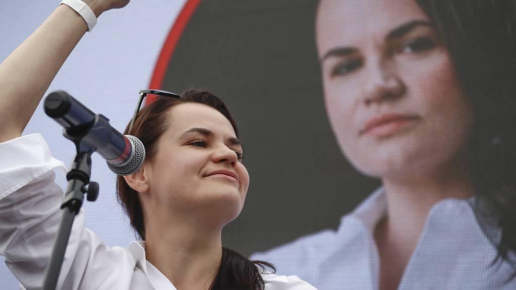 Swetlana Tichanowskaja, Kandidatin bei der Präsidentenwahl in Belarus und Ehefrau des prominenten inhaftierten Bloggers Tichanowski, streckt bei einem Wahlkampfauftritt die Faust in die Luft. Foto: Sergei Grits/AP/dpa