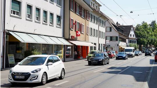 Durchgangsverkehr in Riehens Zentrum.