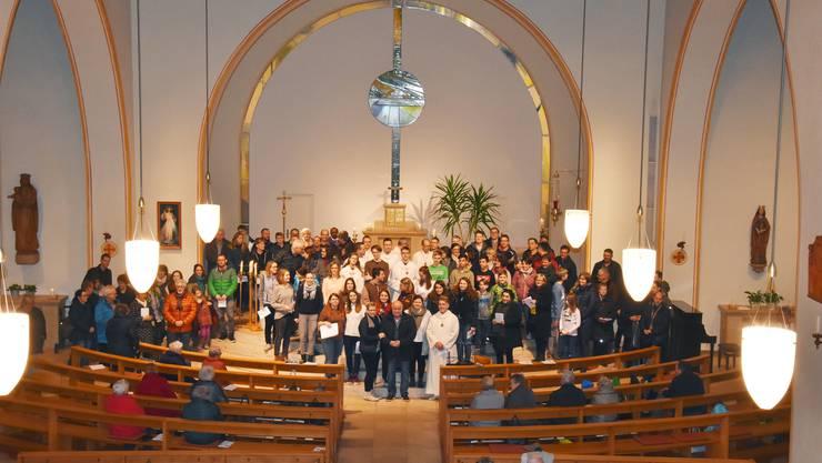 Grosse Ehre in der Kirche Kappel – Freunde, Weggefährten und Ministranten gratulierten und dakten Aurelio Tosato aus Mümliswil (Mitte) für seine grosse Arbeit im Dienst der Kirche. ZVG