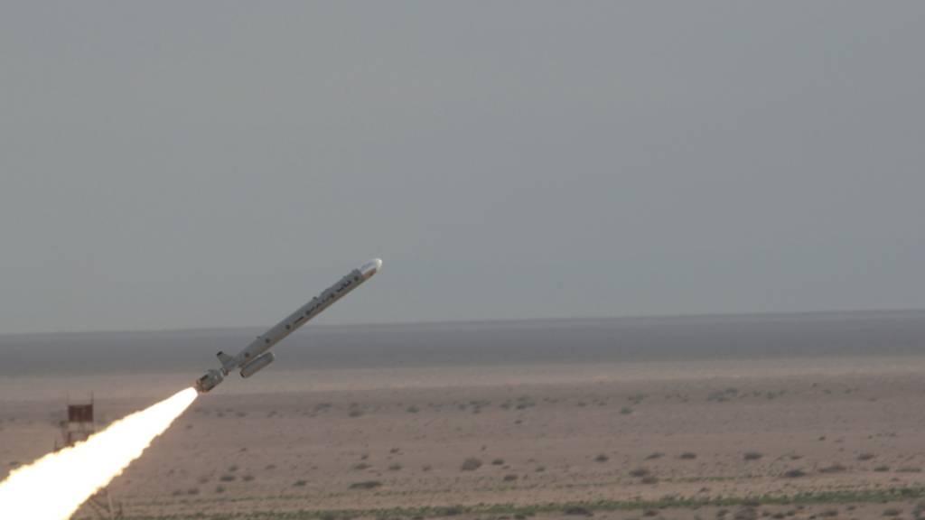 HANDOUT - Dieses Bild soll den Abschuss der Rakete «Märtyrer Abu Mahdi» an einem unbekannten Ort im Land zeigen. Foto: Uncredited/Iranian Defense Ministry/AP/dpa - ACHTUNG: Nur zur redaktionellen Verwendung und nur mit vollständiger Nennung des vorstehenden Credits
