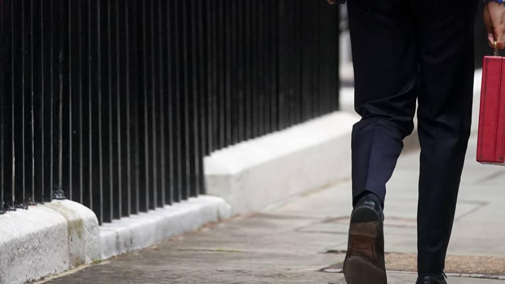 Britischer Haushalt: Milliardenzusagen und Steuererhöhungen