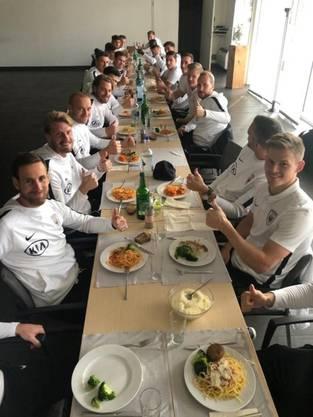 Unterdessen in Oberentfelden: Die erste Mannschaft des FCA freut sich über das zweifache Ja und tankt Energie für das Spiel gegen GC.