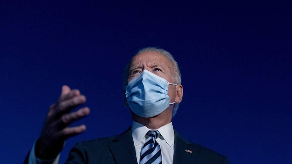 Joe Biden, demokratischer Präsidentschaftskandidat und ehemaliger US-Vizepräsident, spricht zu Journalisten. Foto: Andrew Harnik/AP/dpa