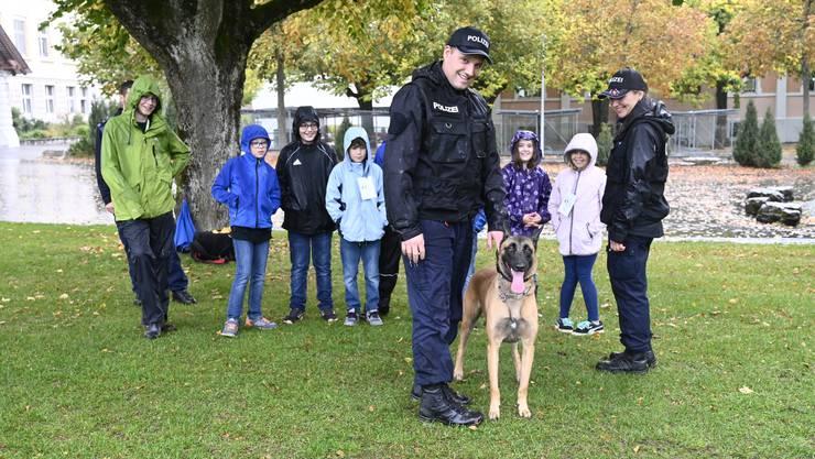 Hundeführer Marc Kohler mit Inola, Hundeführerin Iris Brunner und die Ferienpässler posieren für den Fotografen.
