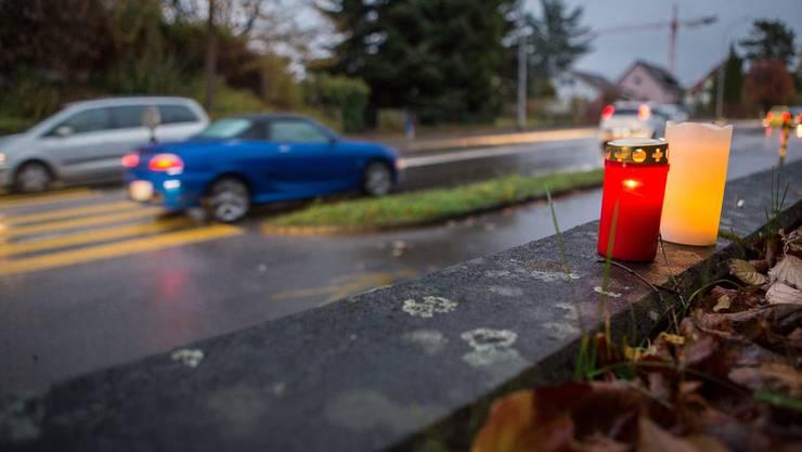 Kerzen erinnern an die 19-jährige Elida, die auf diesem Fussgängerstreifen tödlich verletzt wurde.