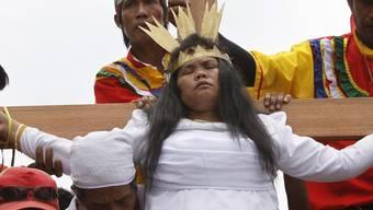 Eine Frau lässt sich auf den Philippinen ans Kreuz schlagen