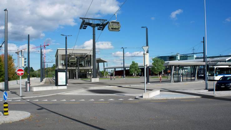Vor allem die Erschliessung und Parkierung des Privatverkehrs im Raum Stettbach sieht der Stadtrat von Dübendorf als Problem an, dass im aktuellen Gestaltungsplan unklar gelöst werde. Bild: Visualisierung Zoo-Seilbahn am Bahnhof Stettbach