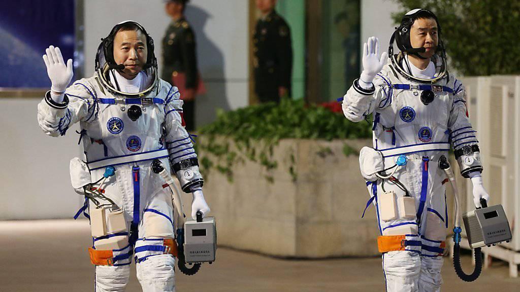 """Sagen der Erde adieu: Chinesische Astronauten vor ihrer Reise zum Raumlabor """"Tiangong 2""""."""