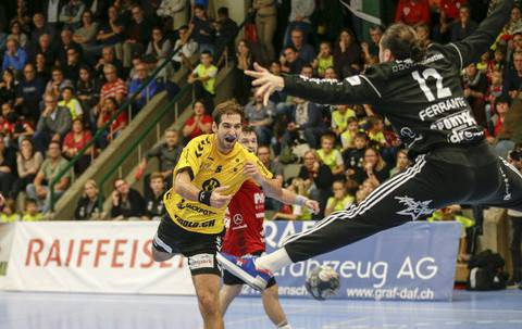 Lukas Riechsteiner (l.) bezwingt seinen ehemaligen Teamkollegen Dario Ferrante (r.) mit einem Schuss zwischen den Beinen hindurch.
