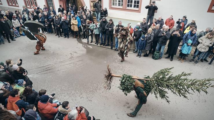 Eine Choreografie der Kleinbasler Tradition: Showtime für Vogel Gryff, Wild Maa und Leu auf offener Strasse.