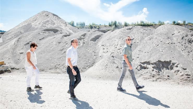 Regierungsrat Urs Hofmann (Mitte) bei seinem Besuch der Firma Hauri Kiesgruben und Transport AG in Seon, flankiert von Therese Suter und Roland Bertschi (beide Mitglieder der Geschäftsleitung). Sandra Ardizzone