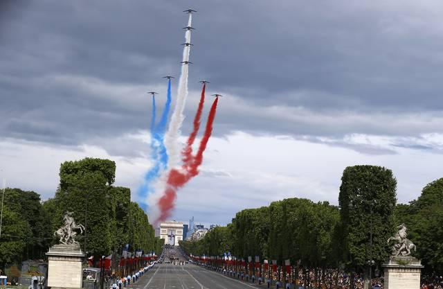 Quatorze Juillet: Kampfflugzeuge malen die Trikolore in den Himmel von Paris.