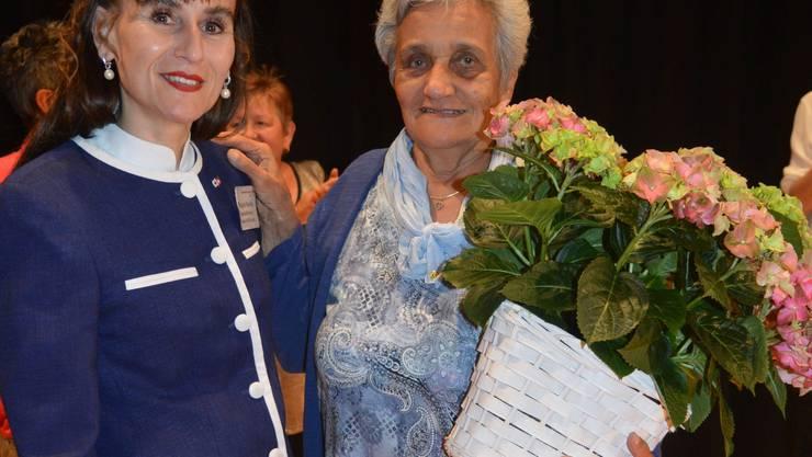 Die Fahrerin und die Leiterin: Geschäftsführerin Regula Kiechle ehrt The-res Blank, die 30 Jahre für den Rotkreuz Fahrdienst unterwegs war.