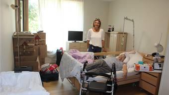 Geschäftsführerin Ursula Baumann freut sich mit Bewohnerin Heidi Schüpfer, dass die Züglete bald abgeschlossen ist. NRO