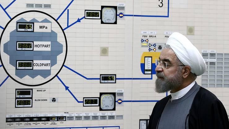 Der iranische Präsident Hassan Ruhani beim Besuch einer Atomanlage in Bushehr. (Archivbild)