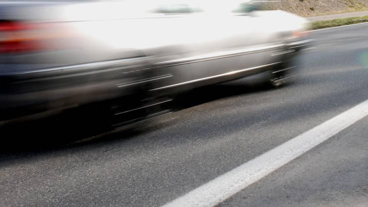 Der oder die Lenkerin des weissen Fahrzeuges fuhr nach dem Unfall einfach weiter. (Symbolbild)