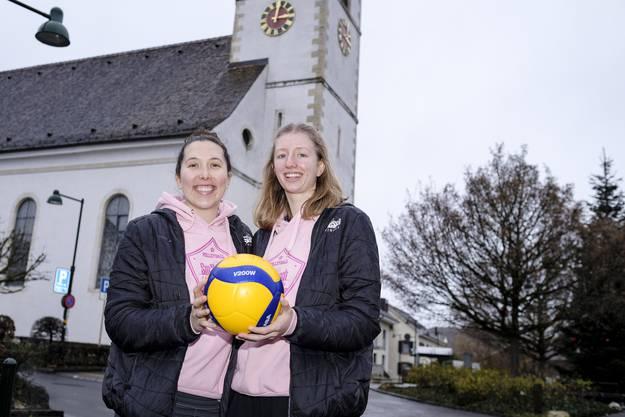 Hier stehen die beiden vor der Kirche in Aesch.