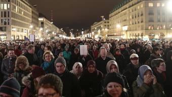 Tausende Menschen protestieren am Brandenburger Tor in Berlin