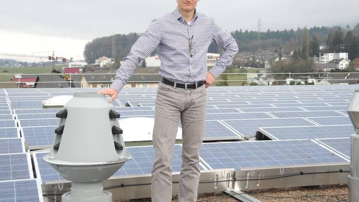 Michael Eser,Geschäftsführer der Pacovis AG, zeigt die Solarpannels auf dem Dach.