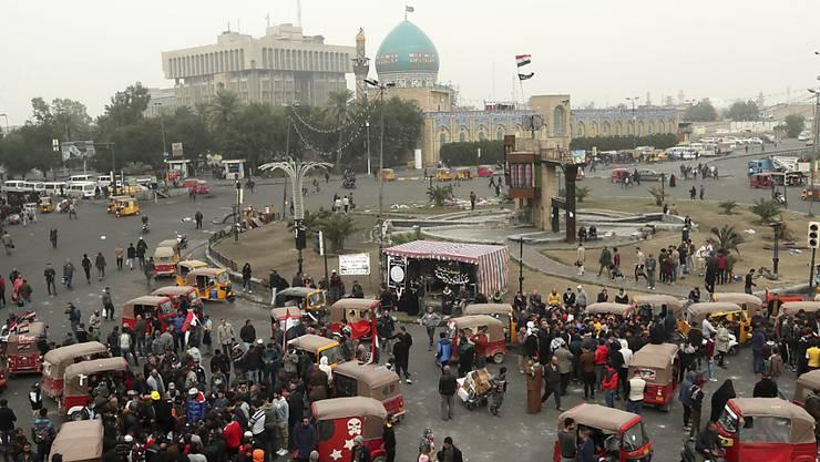 Demonstranten haben sich am Samstag in der Nähe des angegriffenen Protestlagers versammelt.