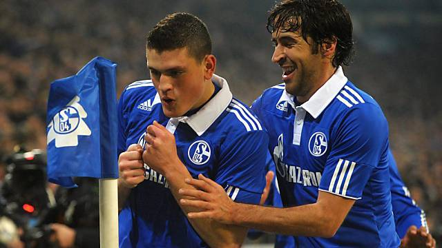 Raul (rechts) feiert Schalkes 2:0-Torschütze Kyriakos Papadopoulos