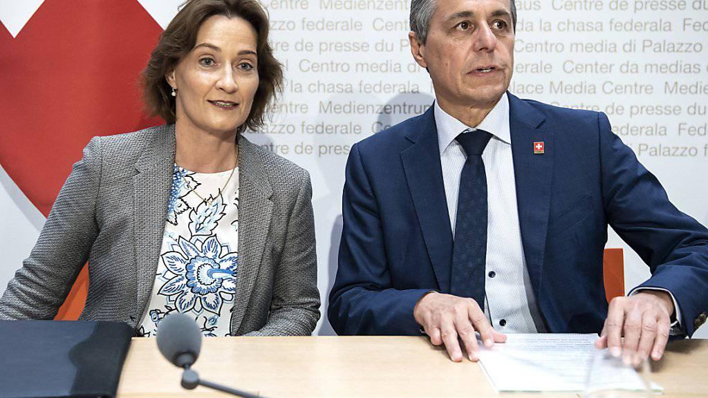 Bundesrat Ignazio Cassis und Staatssekretärin Pascale Baeriswyl äussern sich vor den Medien zum Wechsel der Spitzendiplomatin. Sie wird Uno-Botschafterin in New York.