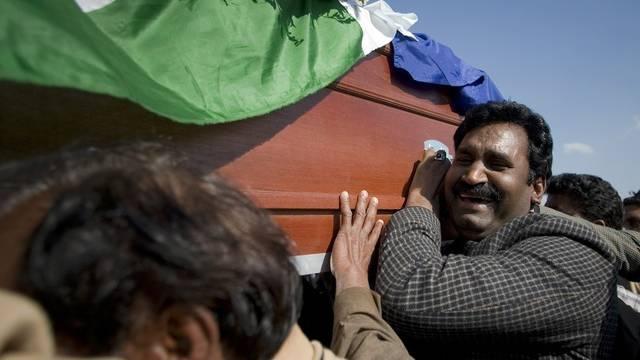 Freunde des ermordeten Ministers Shahbaz Bhatti tragen ihn zu Grabe