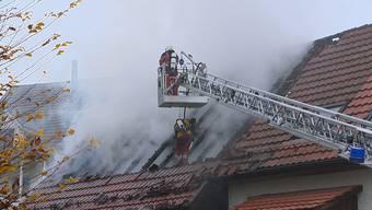 Am Montagmorgen stand in Urdorf ein Hausanbau in Vollbrand. Es wurde niemand verletzt. Die Feuerwehr rettete zwei Kaninchen aus den Flammen. Es entstand ein Sachschaden von über 100'000 Franken.