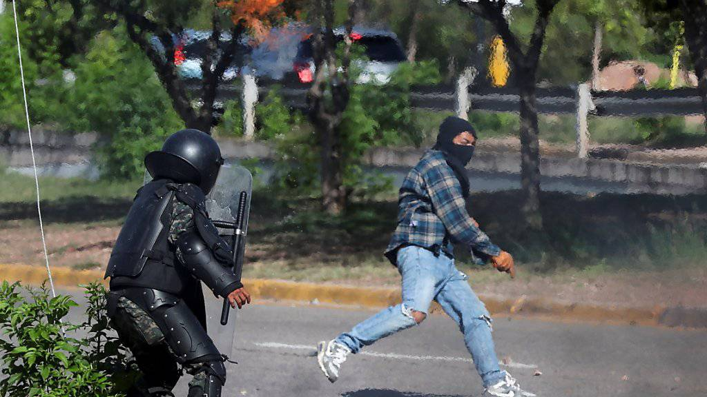 Bei Zusammenstössen mit der Militärpolizei sind in Tegucigalpa mindestens fünf Demonstranten durch Schüsse verletzt worden.