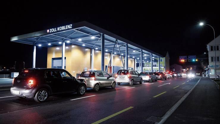 Viele Angestellte der Spitäler und Kliniken in Baden und Bad Zurzach standen vergangene Woche wegen des neuen Grenzregimes stundenlang im Stau. (Archiv)
