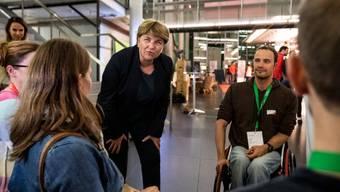 Viola Amherd unterhält sich mit Athleten, welche die Schweiz bei den Paralympics vertreten werden.