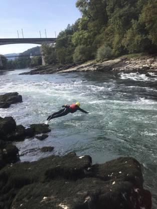 Der Rettungsschwimmer trägt einen Neopren-Anzug, Helm und Schwimmweste. Der Kopfsprung ist nur möglich, da er das Gewässer sehr gut kennt. An der Schwimmweste wurde bei der Rettung ein Seil befestigt, um den Schwimmer mit der geretteten Person sicher an Land zu bringen.