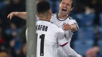 Torschütze Valentin Stocker bedankt sich nach dem 2:0 beim Assistenten Noah Okafor